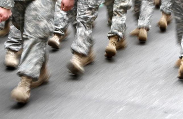 5月16日、米政府監査院が公表した最新調査で、2015年までの4年間に不行跡により米軍を除隊した軍人の半数以上が、PTSDなどの精神疾患と診断されていたことが分かった。写真はニューヨークでパレードに参加した米陸軍兵士ら。2013年6月撮影(2017年 ロイター/Carlo Allegri )