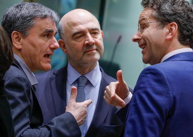 5月16日、ユーロ圏と国際通貨基金(IMF)はギリシャの債務軽減を巡る意見の隔たりが依然として大きいものの、当局者らは今月22日に開かれるユーロ圏財務相会合(ユーログループ)での決着が依然として可能との希望を抱いている。写真左はギリシャ財務相、右はデイセルブルム・ユーログループ議長。3月ベルギー・ブリュッセルで行われたユーロ圏財務相会合で撮影(2017年 ロイター/Yves Herman)