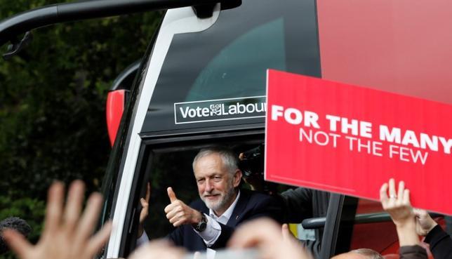 5月17日、英国最大の労働組合ユナイトのレン・マクラスキー書記長は、最大野党の労働党が6月8日の総選挙で勝利する見通しは低いと述べた。写真は労働党のコービン党首。16日撮影(2017年 ロイターJeremy Corbyn, the leader of Britain's opposition Labour Party, leaves a campaign eve/Darren Staples)