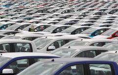 IMAGEN DE ARCHIVO: Un empleado camina entre vehículos de la planta conjunta de Ford y Mazda, en la provincia de Rayong, Tailandia. 17 de septiembre 2013. Ford Motor Co informó el miércoles que planea recortar el 10 por ciento de su fuerza de trabajo asalariada en Norteamérica y Asia, lo que equivale a 1.400 empleados a quienes le ofrecerá planes de retiro voluntario y otros incentivos financieros.     REUTERS/Chaiwat Subprasom/File Photo