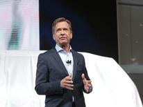 En la imagen de archivo, Hakan Samuelsson, presidente y consejero delegadode Volvo, presenta un modelo en una feria en Detroit, EEUU. La última generación de motores diésel de Volvo podría ser la última debido a que el costo de reducir las emisiones de óxido de nitrógeno se está volviendo excesivo, dijo el miércoles el presidente ejecutivo de la fabricantes sueca de automóviles, Hakan Samuelsson, a un diario alemán. REUTERS/Rebecca Cook