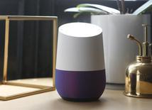 Una imagen de Google Home durante una presentación de equipos de la compañía en San Francisco. 4 de octubre de 2016.  Google, de Alphabet Inc, anunció el miércoles que su asistente digital estará disponible en el iPhone, lo que abre una competencia en la gama más alta del mercado de los teléfonos móviles y desafía a Siri de Apple Inc en sus propios dispositivos. REUTERS/Beck Diefenbach