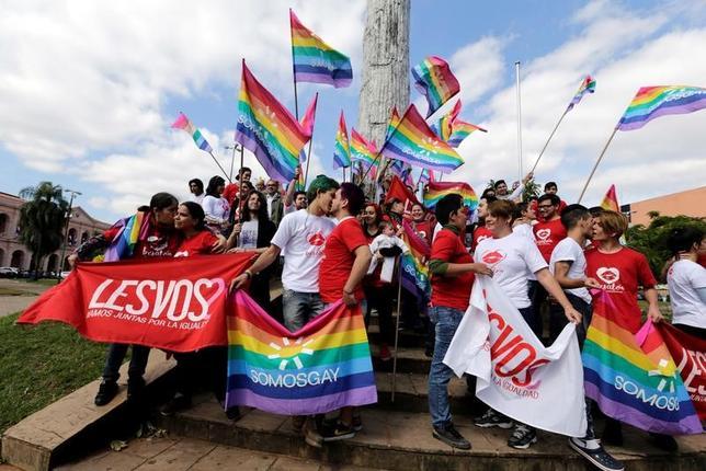 5月17日、「国際反ホモフォビアの日」のこの日、世界各地で同性愛に対する嫌悪(ホモフォビア)をなくすための集会やキャンペーンが展開された。「Kissathon」と名付けられたイベントで参加者らがキスを交わすなど、各地でさまざまな活動が行われた。写真はパラグアイで撮影(2017年 ロイター/Jorge Adorno )