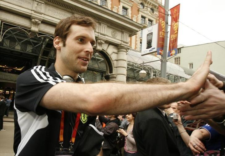 Chelsea goalkeeper Petr Cech greets supporters as he leaves his team's hotel for training in Moscow May 21, 2008. Moscow will host the UEFA Champions League final between Manchester United and Chelsea on May 21.  REUTERS/Thomas Peter/Files