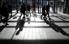 Los consumidores británicos dejaron a un lado sus preocupaciones sobre el rápido aumento de la inflación tras la votación sobre el Brexit el año pasado, e inesperadamente aumentaron el gasto a la mayor velocidad vista en años, ayudados por el buen tiempo, dijeron datos oficiales. En la imagen, varias personas en un centro comercial en  Westfield, Stratford, Londres, el 28 de enero de 2017.     REUTERS/Russell Boyce