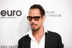 El músico estadounidense Chris Cornell, que saltó a la fama como cantante de la banda de rock Soundgarden y más tarde con el grupo Audioslave, murió el miércoles en Detroit a los 52 años, dijo su representante. En la imagen, Cornell en una gala de Elton John en Los Angeles, California, el 25 de marzo de 2017. REUTERS/Danny Moloshok