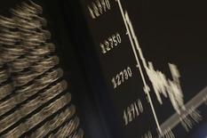 En la imagen, un monitor con el índice DAX, en la Bolsa de Fráncfort, Alemania, el 8 de mayo de 2017.Las bolsas europeas bajaban en las primeras operaciones del jueves en momentos en que continuaba pesando la incertidumbre política en Washington, aunque la actividad de fusiones y los resultados corporativos seguía permitiendo a los índices de la región comportarse mejor que otras plazas mundiales. REUTERS/Kai Pfaffenbach