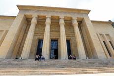 أشخاص يجلسون أمام المتحف الوطني في بيروت يوم الخميس. تصوير: عزيز طاهر - رويترز
