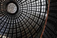 Pantallas electrónicas en la bolsa de valores en Ciudad de México.  19 de febrero 2016. Los títulos de empresas mexicanas que tienen operaciones relevantes en Brasil caían el jueves en la bolsa local, en medio del desplome de la plaza bursátil de Sao Paulo por reportes de un nuevo caso de corrupción que involucra al presidente Michel Temer. REUTERS/Carlos Jasso   - RTS8M68