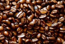 Granos de café tostado se puede ver en Viena, Austria. 4 de mayo 2017. Los futuros del azúcar sin refinar y del café arábiga en el mercado ICE cayeron con fuerza el jueves, presionados por el desplome del 8 por ciento del real brasileño tras las acusaciones de que el presidente del país estuvo de acuerdo en sobornar a un testigo en un caso de corrupción.REUTERS/Leonhard Foeger - RTS156VI