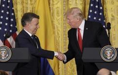 El presidente de EEUU, Donald Trump, saluda a su par de Colombia, Juan Manuel Santos (izquierda), en una conferencia de prensa conjunta en la Casa Blanca en Washington, EEUU, 18 de mayo de 2017. REUTERS/Kevin Lamarque - RTX36HTZ