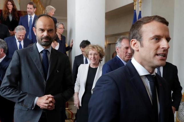 5月18日、就任したばかりのマクロン仏大統領(写真右)とフィリップ首相(写真左)の支持率が少なくとも過去20年で最低であることが、エラブが発表した調査で明らかになった。写真は仏パリ・エリゼ宮で撮影(2017年 ロイター/Philippe Wojazer)