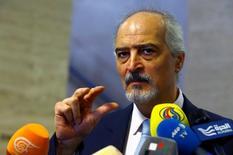 بشار الجعفري رئيس وفد سوريا في محادثات جنيف يدلي بتصريحات يوم الجمعة. تصوير: دينيس باليبوس - رويترز