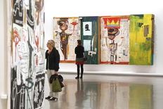لوحات للفنان الأمريكي الراحل جان ميشيل باسكيات داخل معرض في باريس - ارشيف رويترز