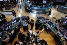 Corredores trabajan en la bolsa de Nueva York. 18 de mayo 2017. Los inversores se desprendieron de acciones estadounidenses por un valor de casi 9.000 millones de dólares ante la turbulencia política generada en Washington durante la última semana, mostraron el viernes estadísticas de Bank of America Merrill Lynch (BAML).  REUTERS/Brendan McDermid