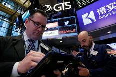 Operadores trabajan en la bolsa de Nueva York, Estados Unidos. 18 de mayo 2017. Las acciones estadounidenses avanzaban el viernes, impulsadas por Apple, mientras reinaba una sensación de calma en Wall Street en una semana dominada por la incertidumbre política en torno a la presidencia de Donald Trump. REUTERS/Brendan McDermid