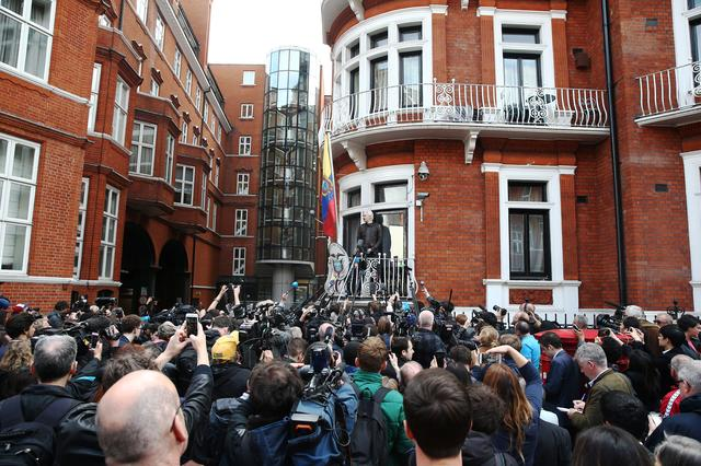 Wikileaks founder Julian Assange speaks on the balcony of the Embassy of Ecuador in London, Britain, May 19, 2017. REUTERS/Neil Hall