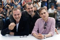"""El director de """"Jupiter´s Moon"""", Kornel Mundruczo, y los miembro del elenco Merad Ninidze y Zsombor Jeger posan en Cannes, Francia. 19/05/2017. Un refugiado sirio es abatido por la policía fronteriza pero en vez de morir halla que puede volar en """"Jupiter's Moon"""", una película sobre la crisis de inmigración en Europa que desconcertó al público del Festival de Cine de Cannes. REUTERS/Stephane Mahe"""