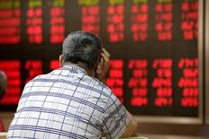Un inversor mirando un panel con información bursátil en Pekín, jun 24, 2016. Los inversores globales operarán con mayor prudencia la próxima semana de cara al resurgimiento súbito de la volatilidad por el aumento del riesgo político en Estados Unidos, centrado en las sospechas de lazos entre el presidente Donald Trump y Rusia durante la campaña electoral de 2016.  REUTERS/Jason Lee