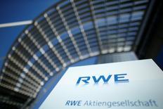 IMAGEN DE ARCHIVO: El logo de RWE en Essen, Alemania. 14 de marzo 2017.Las empresas RWE y Engie están estudiando un posible intercambio de acciones que podría crear un gigante franco-alemán de redes eléctricas, energías renovables y servicios energéticos, con un valor de mercado de unos 50.000 millones de euros. Reuters/Thilo Schmuelgen/File Photo