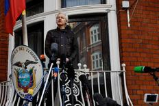 Assange fala da sacada da embaixada do Equador em Londres  19/5/2017     REUTERS/Peter Nicholls