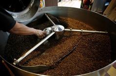 Una persona tostando café en San José, ago 12, 2016. La autoridad cafetalera de Costa Rica alertó el viernes sobre una posible propagación del hongo de la roya debido a las condiciones atmosféricas propicias para esta plaga, que hace unos años causó estragos en las cosechas de Centroamérica.   REUTERS/Juan Carlos Ulate