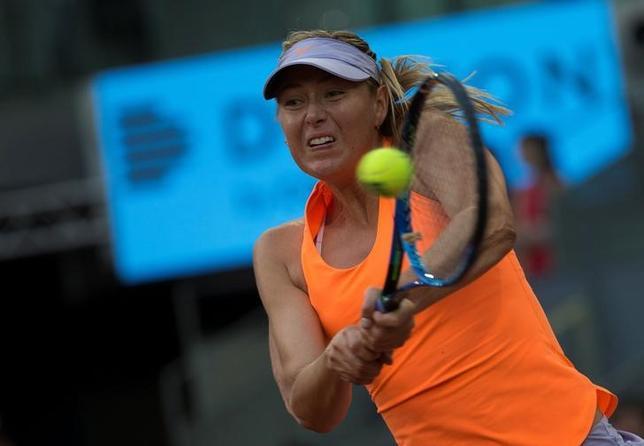 5月19日、女子テニスの元世界ランク1位、マリア・シャラポワは、ウィンブルドン選手権(7月3日開幕)には予選会から出場すると明かした。マドリードで8日撮影(2017年 ロイター/Sergio Perez)