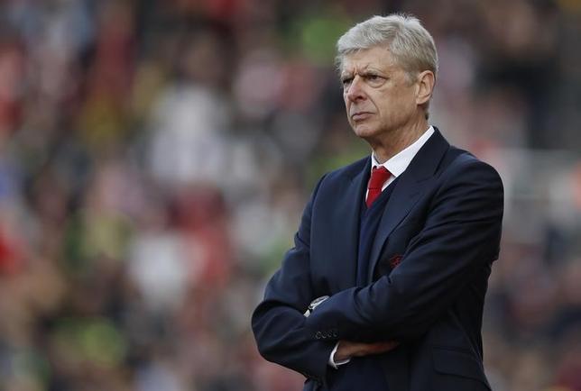 5月19日、サッカーのイングランド・プレミアリーグ、アーセナルのアーセン・ベンゲル監督は、自身の去就に関する判断はFA杯決勝後の取締役会で決まると述べた。英ストークオントレントで13日撮影(2017年 ロイター)
