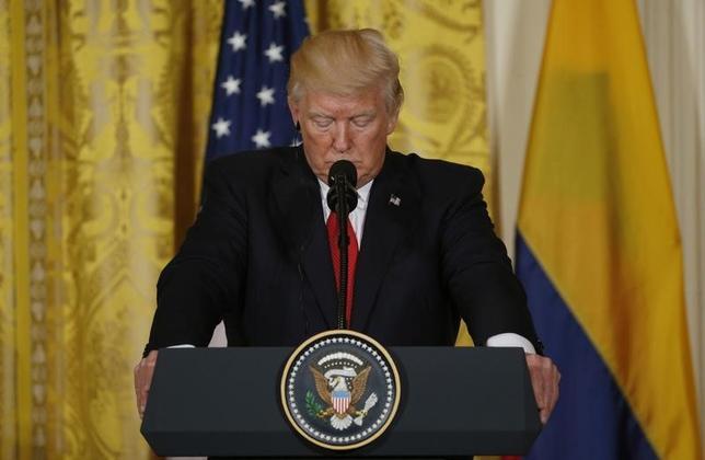 5月19日、ロイター/イプソスが19日に発表した世論調査によると、トランプ米大統領を「支持する」と答えた人の割合は全体の38%と、今年1月の就任以降で最低を記録した。写真は18日、ホワイトハウスで、コロンビアのサントス大統領との共同記者会見に臨むトランプ大統領(2017年 ロイター/Kevin Lamarque)