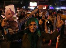 مؤيدات للرئيس الإيراني حسن روحاني يحتفلن بفوزه في الانتخابات في العاصمة طهران يوم السبت. (صورة لرويترز تستخدم الصورة للأغراض التحريرية فقط ويحظر إعادة بيع الصورة أو الاحتفاظ بها في الأرشيف).