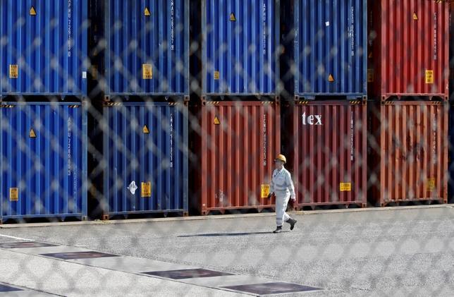 5月22日、財務省が発表した4月貿易統計速報は、貿易収支が4817億円の黒字だった。都内の港で3月撮影(2017年 ロイター/Issei Kato)