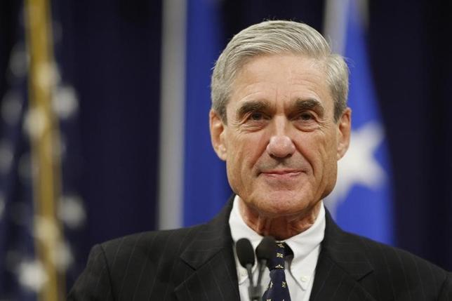 5月19日、2人の関係者によると、トランプ米政権は、大統領選でロシアと共謀した疑惑の捜査を指揮するモラー特別検察官について、直近まで勤めていた法律事務所の顧客への捜査を禁じる倫理規定が適用できるかどうかを検討している。写真は同特別検察官。2013年8月撮影(2017年 ロイター/Jonathan Ernst)