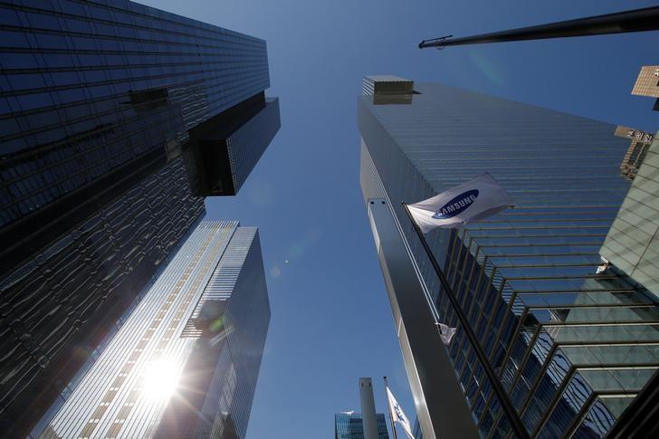 资料图片:2016年11月,首尔,三星集团总部大楼和一面公司旗帜。REUTERS/Kim Hong-Ji