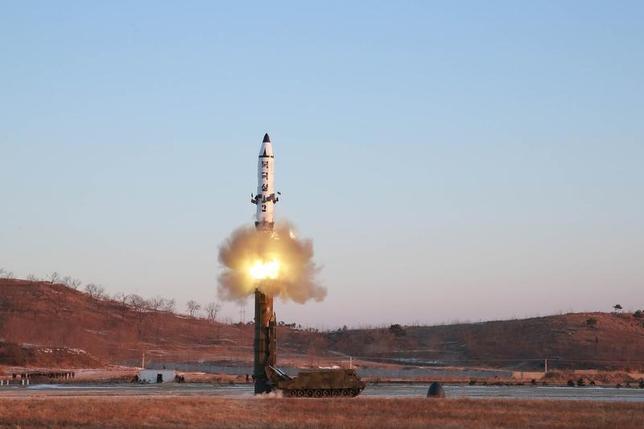 5月22日、菅義偉官房長官は午前の会見で、北朝鮮が21日にも弾道ミサイルを発射したことについて、日本独自の制裁措置を「深堀りし、厳しく行っていくことが大事だ」との考えを示した。写真は2月にKCNAが配信した「北極星2型」の発射実験。提供写真(2017年 ロイター/KCNA)