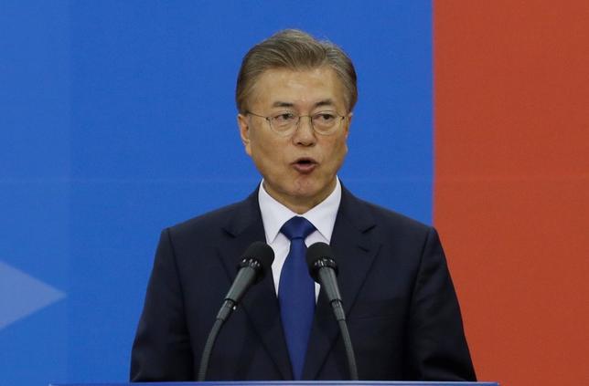 5月21日、韓国の文在寅大統領(写真)は、主要閣僚の人事案を公表し、経済副首相兼企画財政相に企画財政部次官を務めた金東ヨン氏を指名した。写真は10日韓国ソウルでの代表撮影(2017年/ロイター)