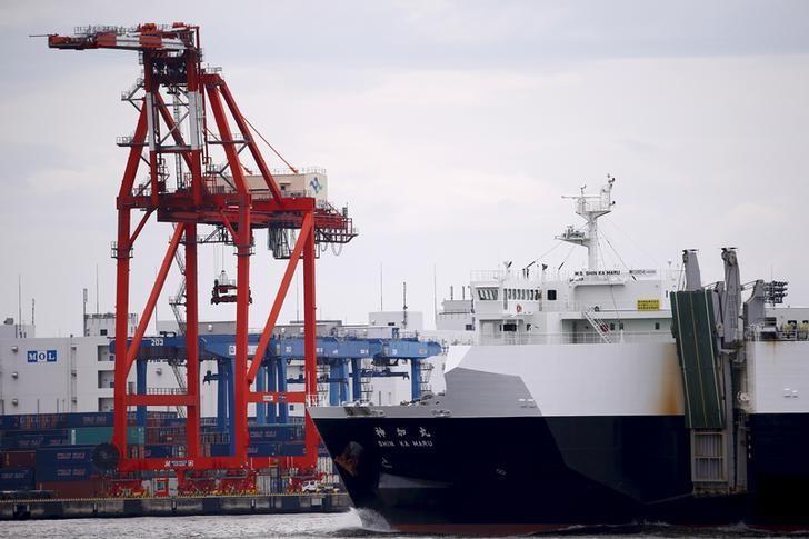 资料图片:2015年7月,东京,一艘货轮驶经码头上的一台集装箱吊机。REUTERS/Thomas Peter
