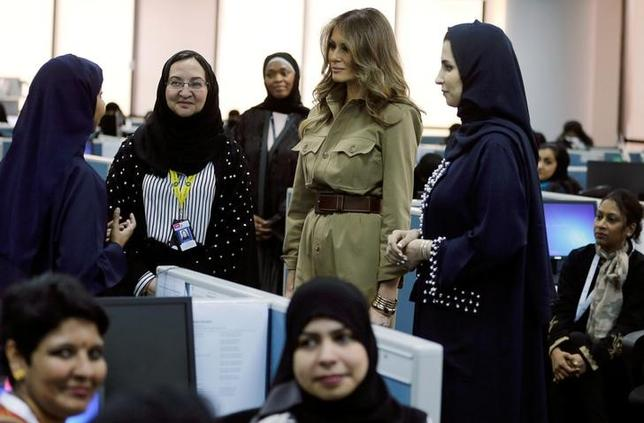 5月21日、トランプ米大統領の初外遊に同行しているメラニア夫人は、サウジアラビアのリヤドで、従業員全員が女性の米ゼネラル・エレクトリック(GE)社のサービスセンターを訪問し「女性が力を付けていること」を賞賛した(2017年 ロイター/Hamad I Mohammed)