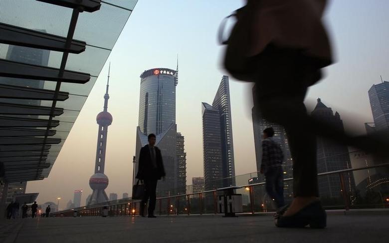 资料图片:2013年11月,上海浦东陆家嘴金融区的一处空中步道。REUTERS/Carlos Barria