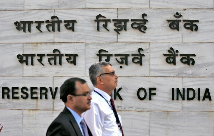 People walk past the Reserve Bank of India (RBI) head office in Mumbai, India, November 9, 2016. REUTERS/Danish Siddiqui/Files