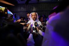 El ministro de Energía de Arabia Saudita, Khalid al-Falih, habla a los medios de comunicación en el Foro CEO 2017 de Arabia Saudita, antes de la llegada del presidente estadounidense Donald Trump, en Riad. 22 de mayo 2017. El ministro de Energía de Arabia Saudita, Khalid al-Falih, dijo el lunes que no espera oposición en el seno de la OPEP a la extensión de los recortes de producción de crudo durante nueve meses más, en declaraciones efectuadas tras reunirse con su par iraquí en Bagdad. REUTERS/Hamad I Mohammed