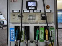 Imagen de archivo de unos surtidores de combustible en una gasolinera Bharat Petroleum en Mumbai, India, ene 12, 2015. India, el tercer más grande consumidor de petróleo del mundo, dijo el lunes que los recortes de producción de la OPEP y la perspectiva de un barril más caro la están empujando a considerar proveedores de Estados Unidos y Canadá, además de alentarla a buscar fuentes de energía renovable.     REUTERS/Danish Siddiqui