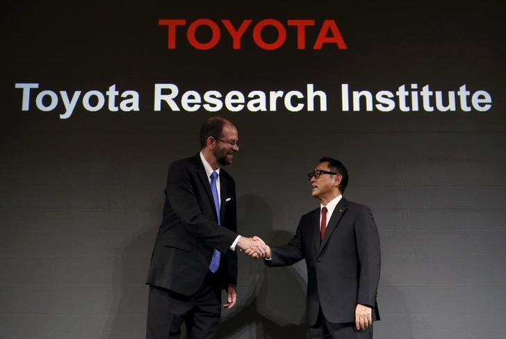 Toyota Motor Corp President Akio Toyoda (R) shakes hands with its executive technical advisor and CEO of its new company Toyota Research Institute Gill Pratt during a news conference in Tokyo, Japan, November 6, 2015. REUTERS/Yuya Shino