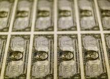 Billetes de 1 dólar en la Casa de la Moneda de los Estados Unidos en Washington, nov 14, 2014 El dólar retrocedió el lunes a mínimos de más de seis meses contra una canasta de monedas, ampliando las pérdidas de la semana pasada y arrastrado por el incierto clima político en Estados Unidos, que seguía presionando a la divisa.  REUTERS/Gary Cameron/File Photo