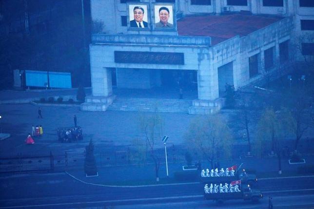 5月21日、北朝鮮の主要な工作機関にはサイバー攻撃を専門に行う「180部隊」と呼ばれる特殊部隊が存在し、最も大胆かつ成功を収めたサイバー攻撃の一部を実施した可能性があると、脱北者や当局者、インターネットセキュリティーの専門家は指摘している。写真は兵士を乗せた北朝鮮軍のトラック。平壌で4月撮影(2017年 ロイター/Damir Sagolj)