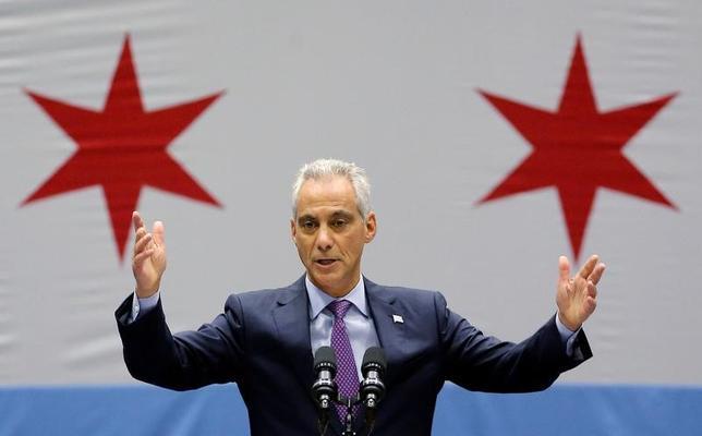 5月22日、米国第3の都市・シカゴのラーム・エマニュエル市長は、トランプ政権による不法移民の取り締まり強化に対抗し、移民歓迎を前面に打ち出した広告キャンペーンを開始すると発表した。写真は昨年9月シカゴ市内で、増加する暴力行為について演説するエマニュエル市長(2017年 ロイター/Jim Young)