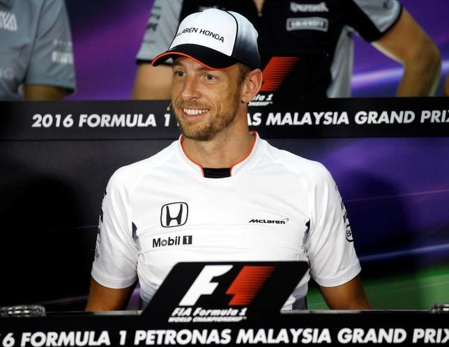 5月22日、自動車レースF1、2009年の総合王者ジェンソン・バトンは、今季第6戦、モナコGPでの1戦限りの復帰について、プレッシャーはないと述べた。マレーシアのセパンで2016年9月撮影(2017年 ロイター/Edgar Su)