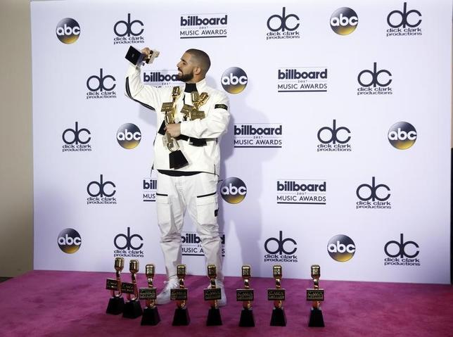 5月22日、米ビルボード・ミュージック・アワード授賞式が21日にラスベガスで開催され、カナダ出身のラッパー、ドレイク(写真)が最高賞のトップ・アーティスト賞を含む13部門で受賞した。(2017年 ロイター/Steve Marcus)