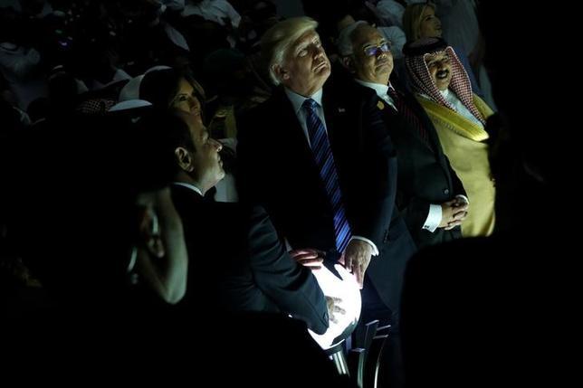 5月22日、中東と欧州を歴訪中のトランプ米大統領が、輝く球体の上に手をおいている画像が、ネット上でさまざまな反響を呼んでいる。画像は、大統領とサウジアラビアのサルマン国王、エジプトのシシ大統領がサウジに設立された過激派対策のためのセンターの竣工に立ち会った際に撮影されたもので、3人が球体の上に手を乗せている。21日撮影(2017年 ロイター/Jonathan Ernst )