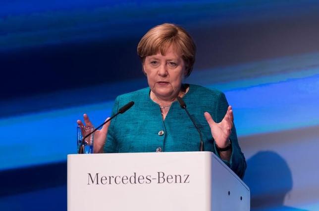 5月22日、ドイツのメルケル首相は、自動車大手ダイムラー子会社アキュモーティブのリチウムイオン電池工場の定礎式に出席し、電気自動車への移行で後れを取らないよう、大規模な投資が必要だとの認識を示した(2017年 ロイター/Matthias Rietschel)