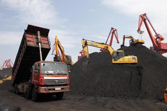 5月22日、中国税関総署によると、4月のオーストラリアからの石炭輸入は前年同月比44.6%増の830万トンで、2016年8月以来の高水準だった。ロシアからの輸入は前年比でほぼ倍増の253万トンで2014年5月以来の高水準。写真は輸入された石炭を荷下ろしする様子。江蘇省連雲港市で2013年7月撮影。チャイナデイリー提供(2017年 ロイター)